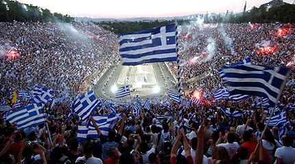 Ελληνικές σημαίες κυμματίζουν στο
